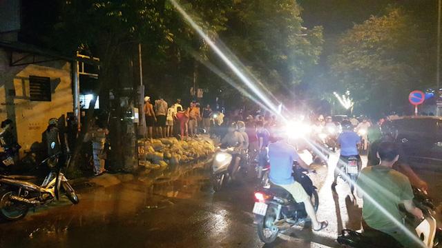ngập ở Hà Nam, người dân đổ xô mua đồ dự trữ, người dân đi canh mực nước
