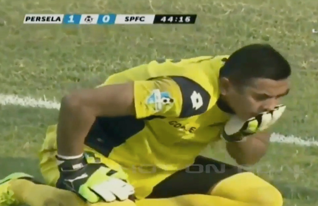 thủ môn qua đời trên sân cỏ, thủ môn qua đời vì va chạm trên sân cỏ