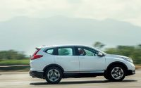 Honda CR-V thế hệ thứ năm là mẫu SUV đầu tiên của Honda được trang bị thêm các phiên bản động cơ lai điện (hybrid)