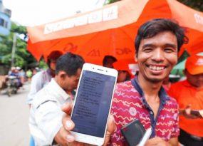 Một người dân Myanmar rất hồ hởi sau khi đăng ký thành công mạng Mytel